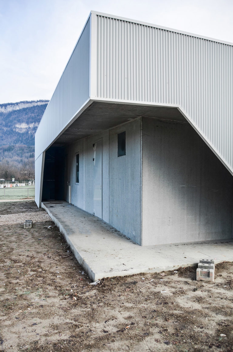 Club-house-rudby-38-saint-laurent-du-pont-club-angle-vue-nature